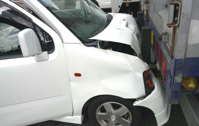 自宅に車が衝突事故したときの対処方法と補修範囲の注意点